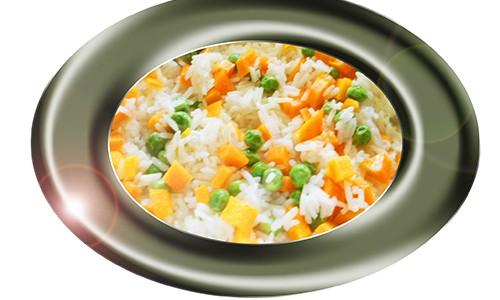 Arroz con guisantes y zanahoria.