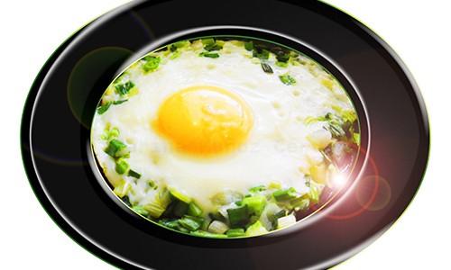 Huevo al horno con ajos tiernos.