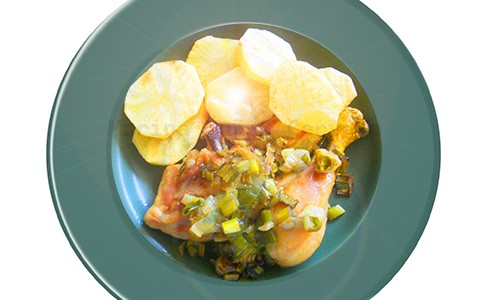 Pollo con cebolleta y patatas.