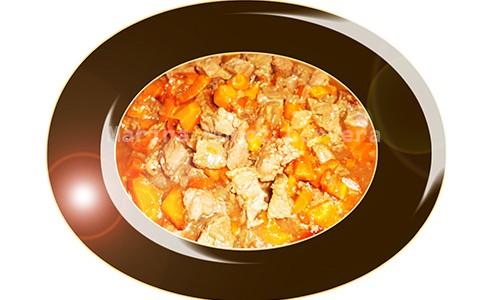 Carne guisada con zanahorias y cebolla.