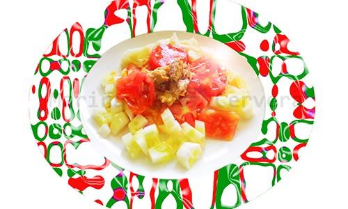 Caballa con tomate y pepino en ensalada.