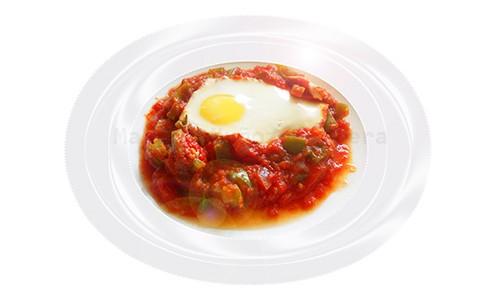 Huevos con tomate y pimiento verde.