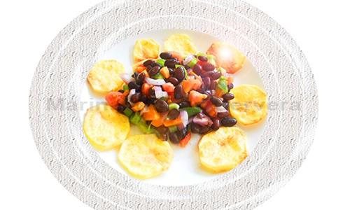 Frijoles negros con hortalizas y patatas.