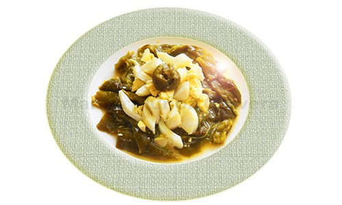 Pimiento verde asado con huevo duro.