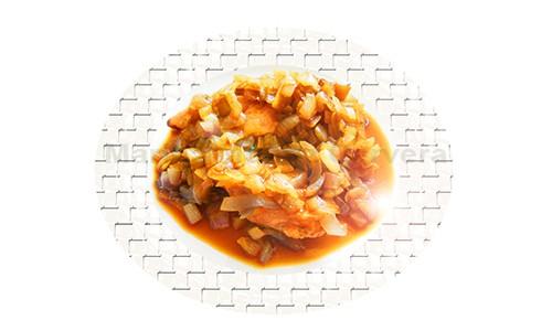Pechuga de pollo con cebolla morada.