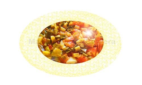 Guarnición de tomate con ajos tiernos.