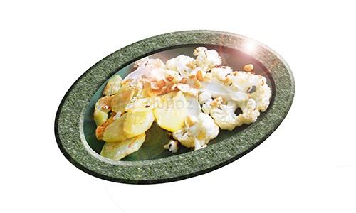 Coliflor asada con patatas y ajos.