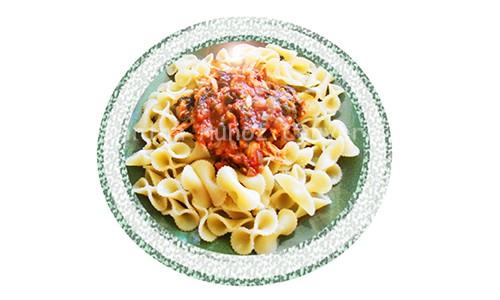 Pasta con pollo, espinacas y tomate.