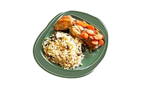 Pollo horneado con zanahorias y pimientos.