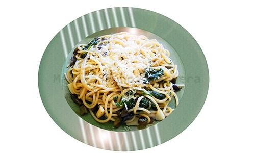 Espaguetis salteados con espinacas.