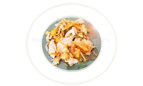 Pechugas salteadas con hortalizas y naranja.