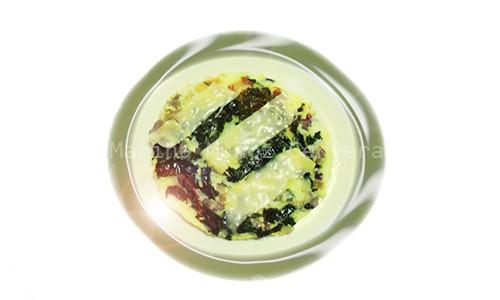 Tortilla de espinacas y cebolla morada.