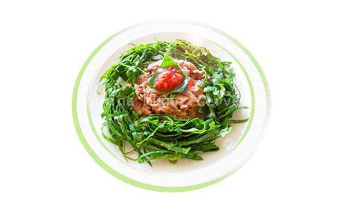 Espinacas frescas con atún y semillas de tomate.