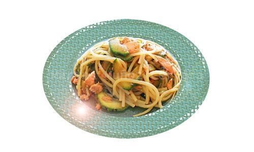 Espaguetis con calabacín y trucha.